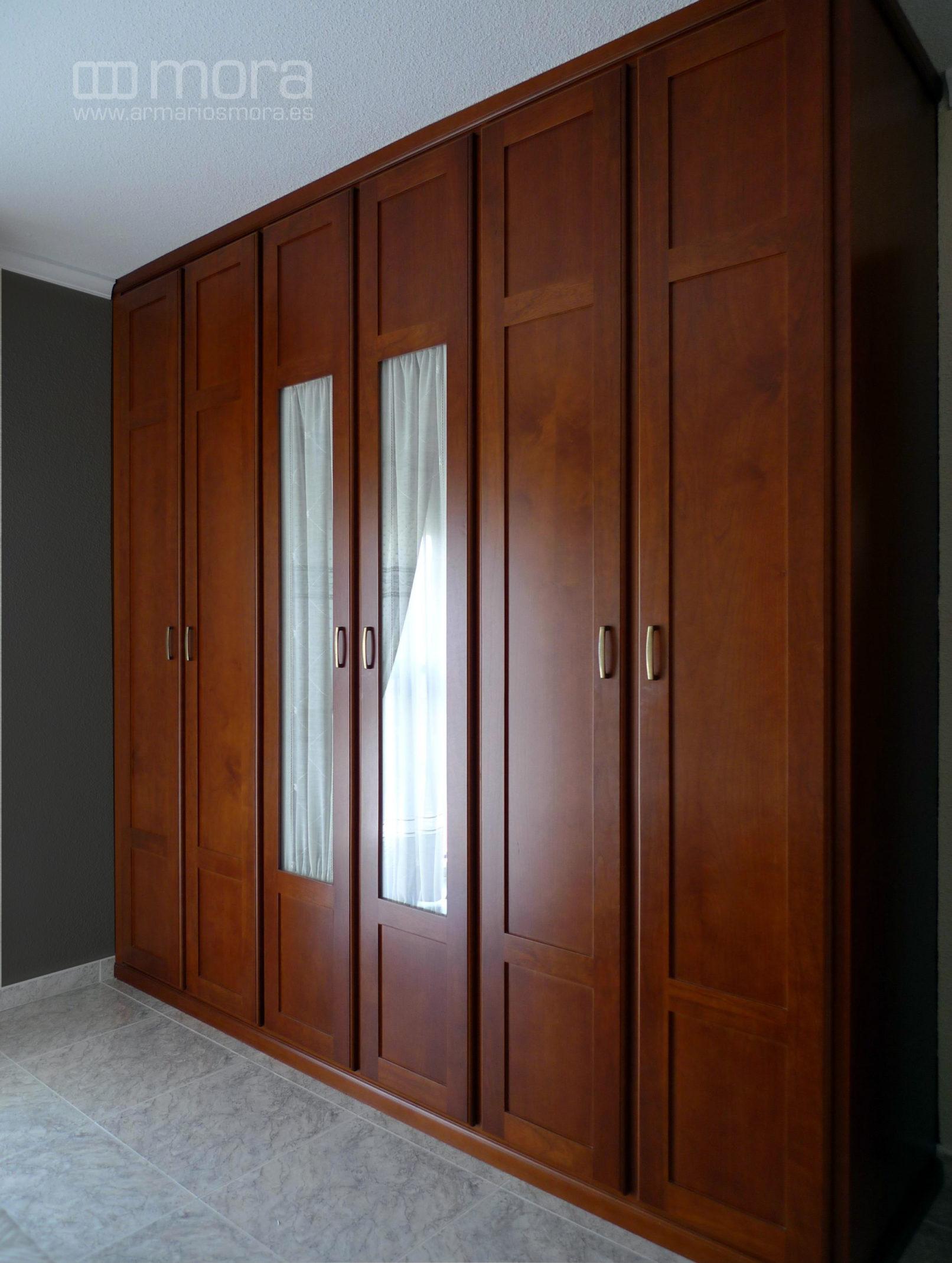 e0ba354c Armario empotrado con costado lateral también en madera de cerezo oscuro  con puertas centrales para visillo.